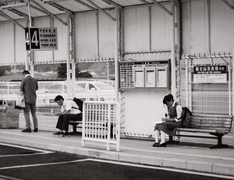 Bussipysäkilä odottaminen voi tulla tylsäksi ilman älypuhelinta.  Fujiyoshida, Japani.  Kuva: Cerqueira, Unsplash.com [*]