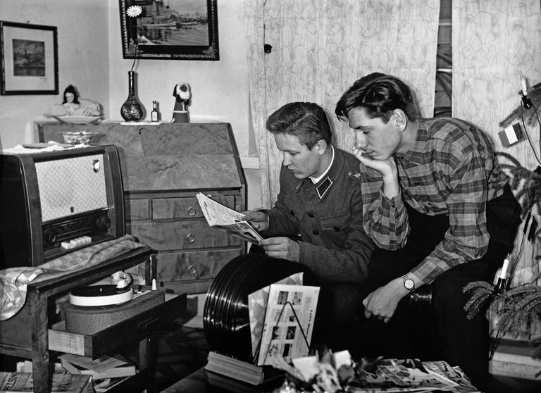 Nuoret miehet kuuntelevat levyjä. Kolmas linja