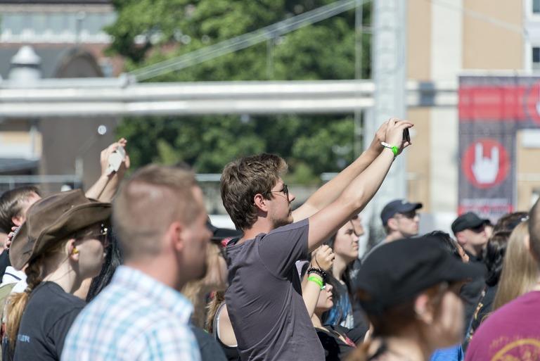 Metallimusiikkifani. Tuska-festivaalin päälavan yleisöä. Moni metallimusiikkifani haluaa tallentaa musiikkiesityksiä itselleen kamerallaan tai kännykällään.  Kuva: Sakari Kiuru, HKM, 28.06.2013  [*]