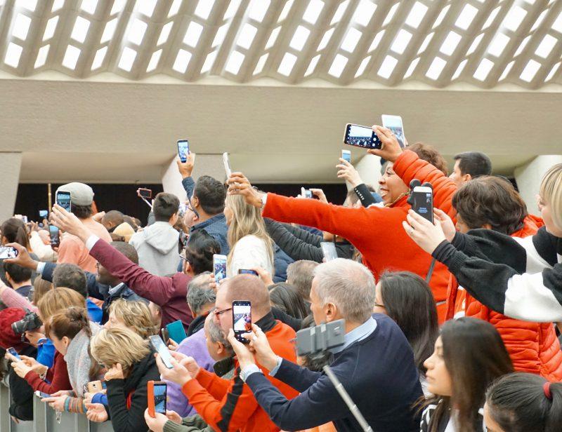 Älypuhelimessa kamera kulkee aina mukana, ja valokuvaamisesta onkin tullut suositumpaa kuin koskaan aikaisemmin.  Kuva: Barbara Provenzano, Unsplash.com, 1.4.2019  [*]